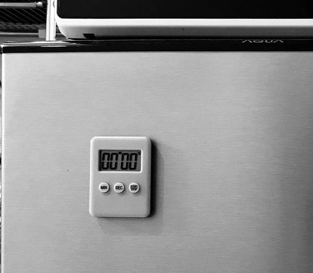 ダイソーのキッチンタイマーMONOTONEと冷蔵庫