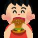 ハンバーガーを食べる男の子